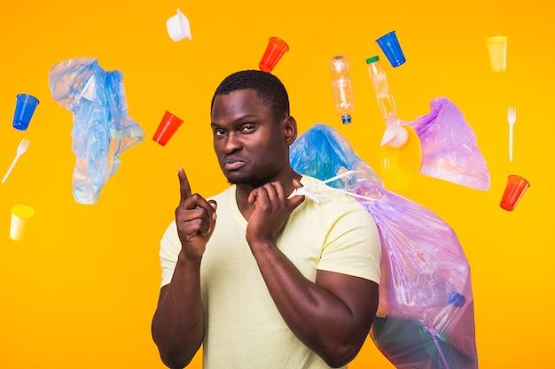 African american man transportant des ordures pour le recyclage