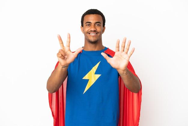 African american super hero man sur fond blanc isolé comptant huit avec les doigts