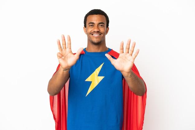 African american super hero man sur fond blanc isolé comptant neuf avec les doigts