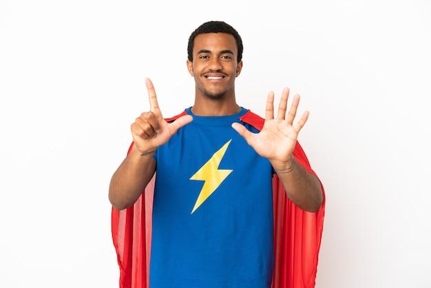 African american super hero man sur fond blanc isolé comptant sept avec les doigts