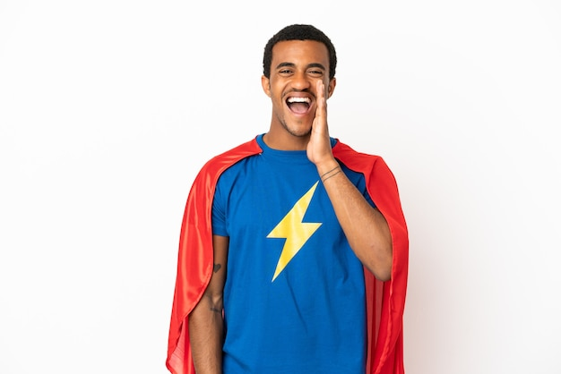African american super hero man sur fond blanc isolé criant avec la bouche grande ouverte