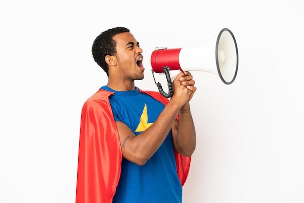African american super hero man sur fond blanc isolé criant à travers un mégaphone