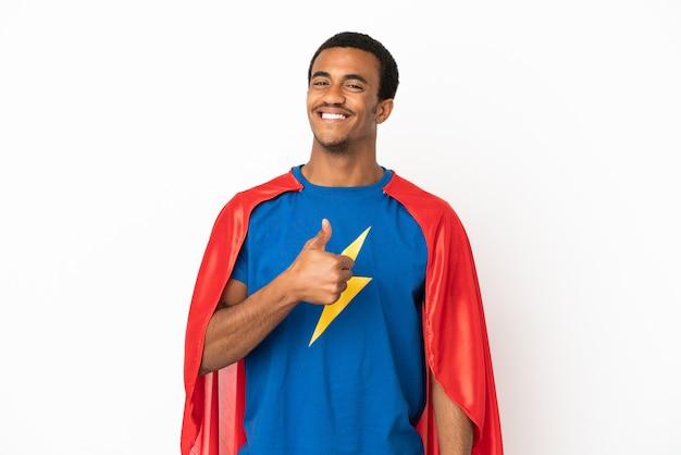 African american super hero man sur fond blanc isolé donnant un coup de pouce geste