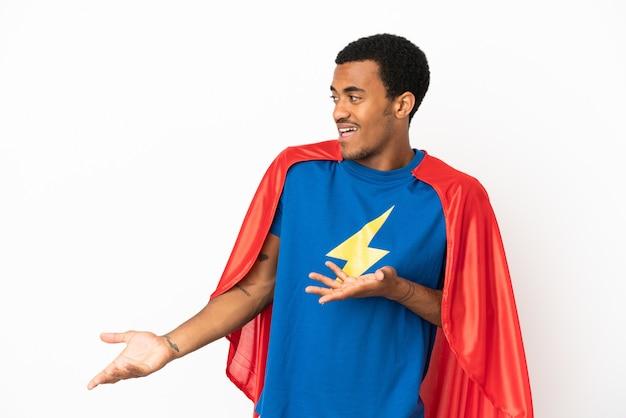 African american super hero man sur fond blanc isolé avec une expression faciale surprise