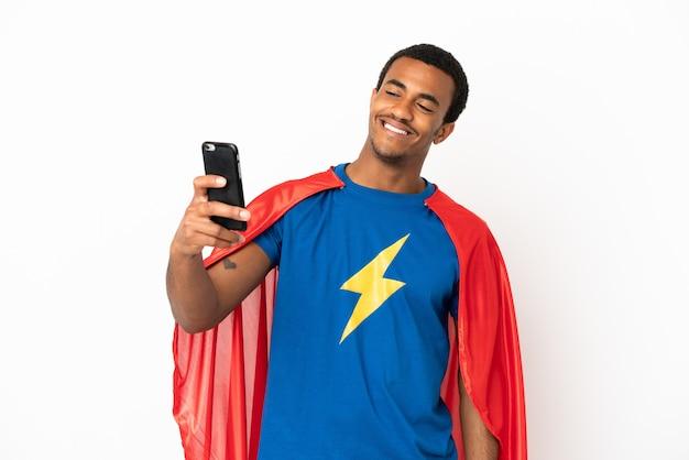 African american super hero man sur fond blanc isolé faisant un selfie
