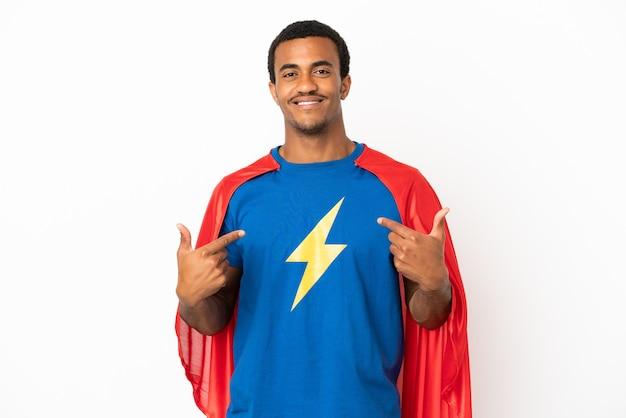 African american super hero man sur fond blanc isolé fier et satisfait de lui-même