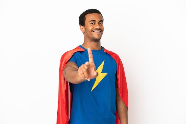 African american super hero man sur fond blanc isolé montrant et levant un doigt
