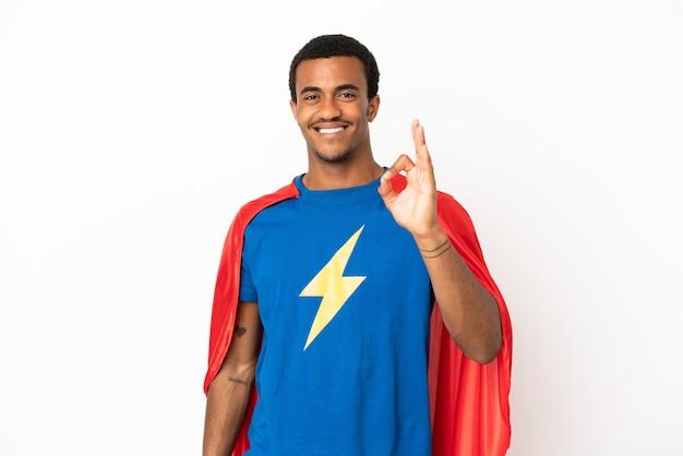 African american super hero man sur fond blanc isolé montrant signe ok avec les doigts