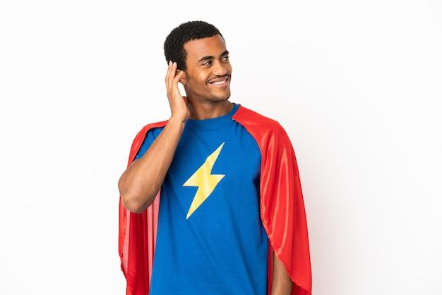 African american super hero man sur fond blanc isolé en pensant à une idée