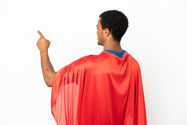 African american super hero man sur fond blanc isolé pointant vers l'arrière avec l'index