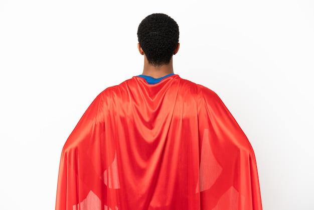 African american super hero man sur fond blanc isolé en position arrière