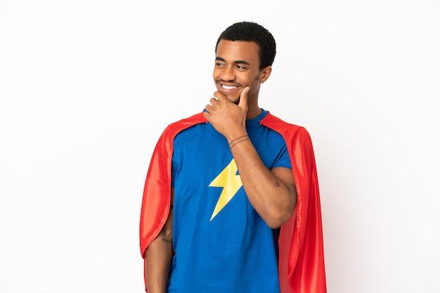 African american super hero man sur fond blanc isolé à la recherche sur le côté