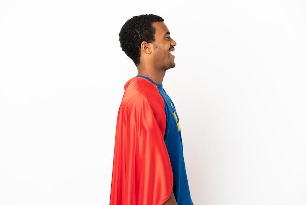 African american super hero man sur fond blanc isolé en riant en position latérale