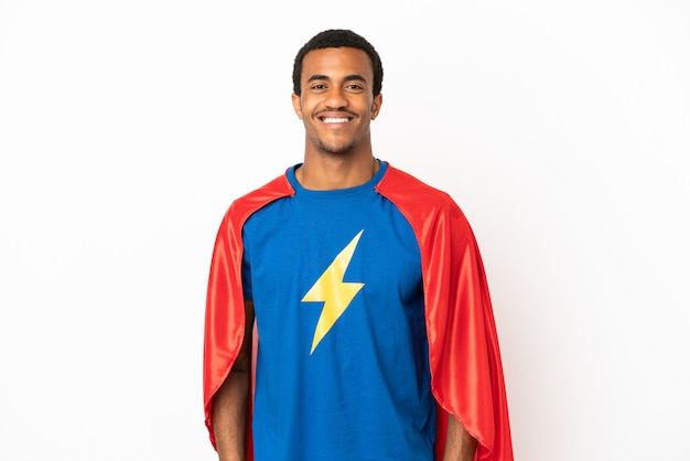 African american super hero man sur fond blanc isolé en riant