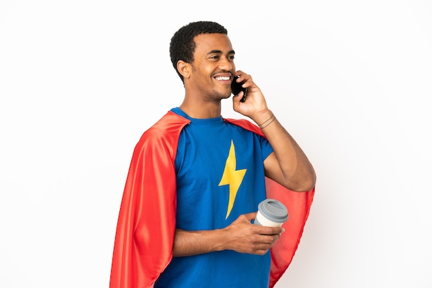 African american super hero man sur fond blanc isolé tenant du café à emporter et un mobile