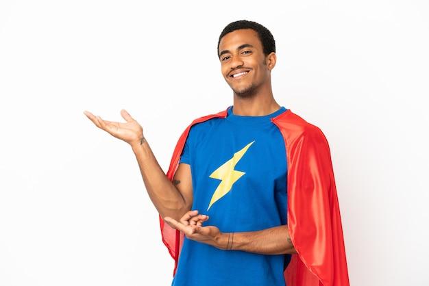 African american super hero man sur fond blanc isolé tendant les mains sur le côté pour inviter à venir