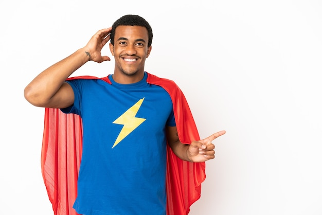 African american super hero man sur fond blanc isolé