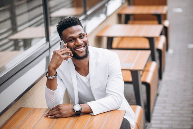 Afro-américain à l'aide de téléphone