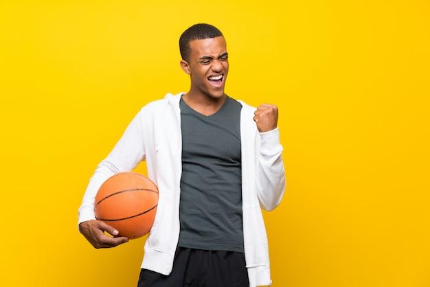 Afro-américain basketteur homme célébrant une victoire