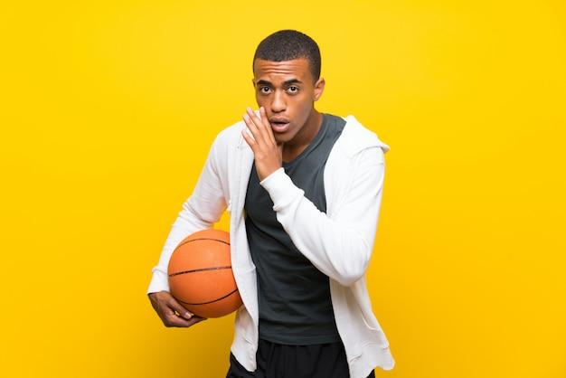 Afro-américain basketteur homme chuchotant quelque chose