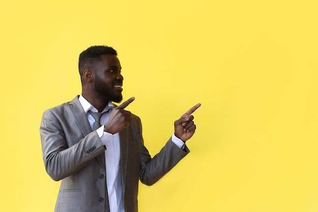L'afro-américain compte jusqu'à 5, geste de la main, bannière