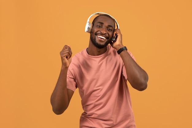 Afro-américain écoutant de la musique sur des écouteurs