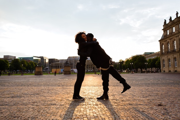 Afro-américain, étreindre, petite amie, dans ville