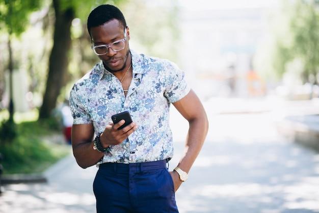 Afro-américain fit homme avec téléphone