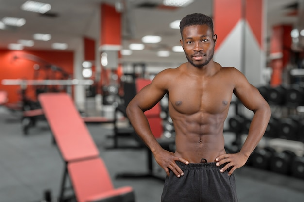 Afro-américain à l'intérieur de la salle de sport