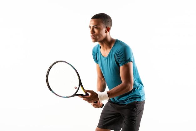 Afro-américain joueur de tennis homme isolé blanc