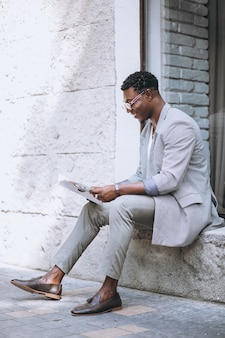 Afro-américain lisant un magazine
