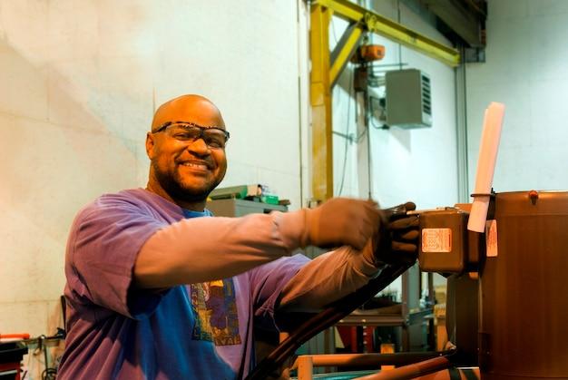 Afro-américain opérant une machine