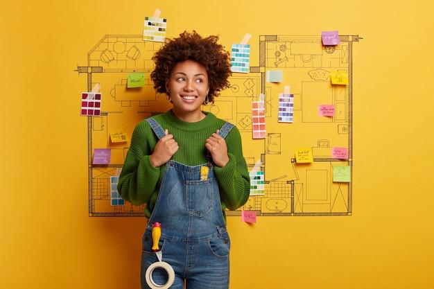 Afro-américain prêt à faire la rénovation de la maison