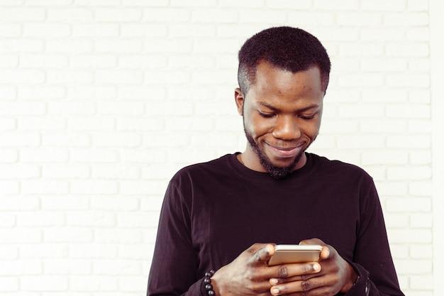 Afro-américain avec samrtphone