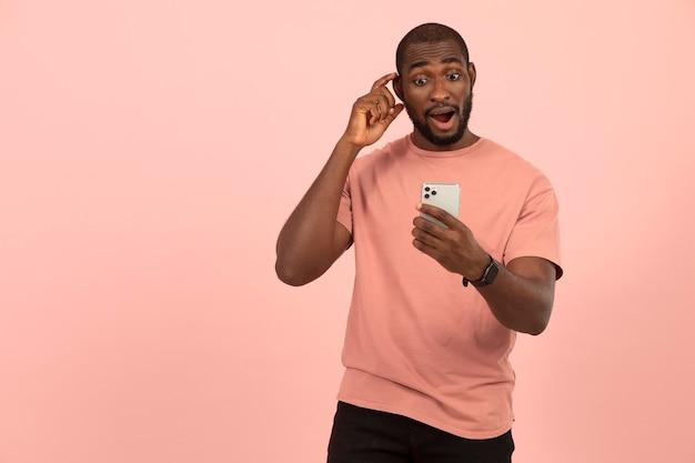Afro-américain vérifiant son smartphone