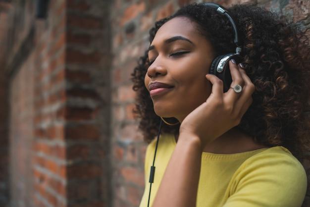 Afro-américaine, écouter de la musique