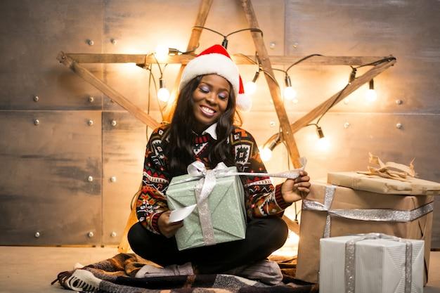 Afro américaine femme déballage des cadeaux de noël