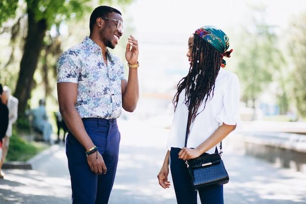 Afro américaine femme et homme amis dans la rue