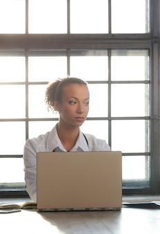 Afro-américaine femme médecin posant, spécialiste de la médecine