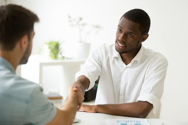 Afro-américaine, homme affaires, handshaking, caucasien, partenaire, arrangement, ou, commencer, réunion