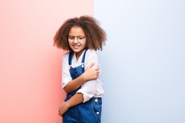 Afro-américaine petite fille se sentant anxieuse, malade, malade et malheureuse, souffrant de maux d'estomac ou de grippe douloureux