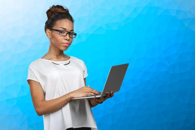 Afro-américaine, tenue, ordinateur portable