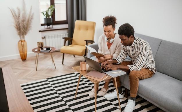 Afro-américains travaillant dans un endroit moderne