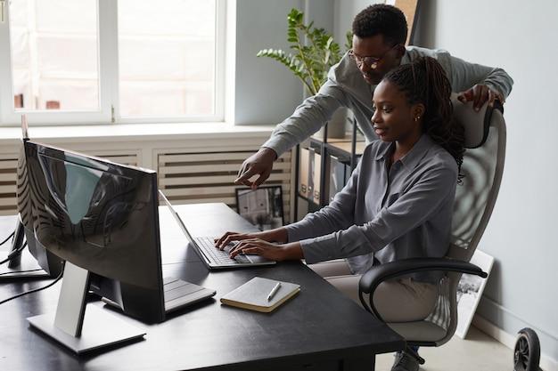 Afro-américains travaillant ensemble au bureau