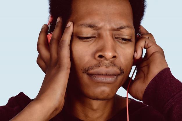 Afro american man écoute de la musique.