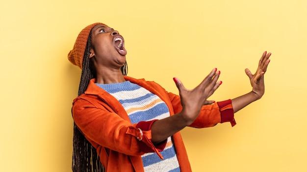 Afro black jolie femme jouant de l'opéra ou chantant lors d'un concert ou d'un spectacle, se sentant romantique, artistique et passionnée