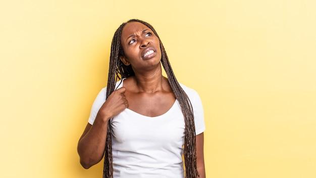 Afro black jolie femme se sentant stressée, anxieuse, fatiguée et frustrée, tirant le cou de la chemise, semblant frustrée par le problème