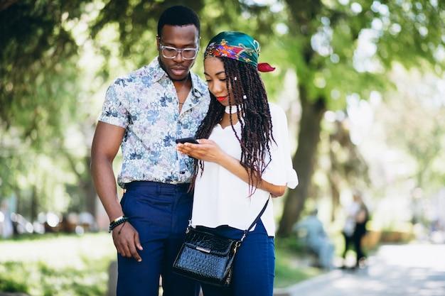 Afro, femme américaine, et, homme, parler, dehors