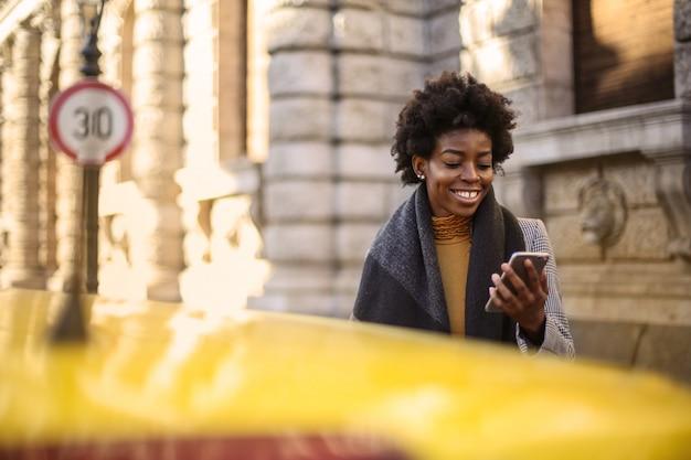 Afro femme dans un taxi en ville