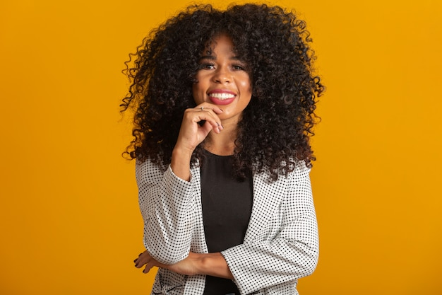 Afro femme souriante
